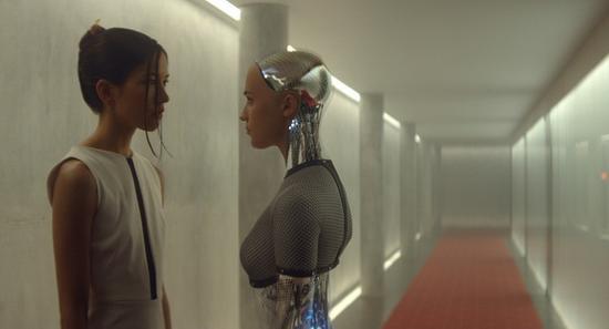 ▲ 电影《机械姬》(Ex Machina)中类人机器人与智能机器人