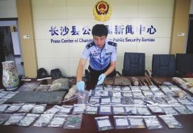 警方现场展示查获的玉器、墓志铭、金丝楠木等涉案物品。图:记者宋凯欣