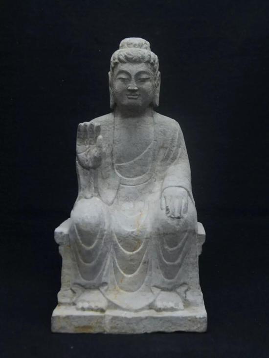(宗教文化艺术展品赏析/石佛像)   右手上举至胸前,掌心向外,五指自然伸展。