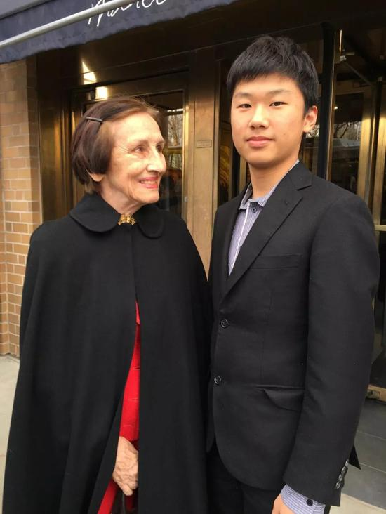 Carson Guo (右)与毕加索的情人、艺术家Fran?oise Gilot(左)