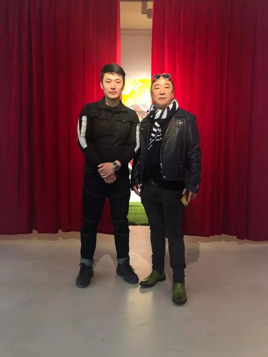 ▲艺术家侯佳男与艺术家凌健合影
