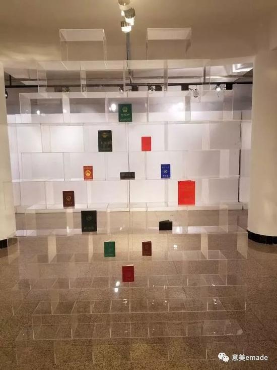 作品名称:《大家在我面前都是平等的》创作年代:2018年作品材质:透明亚克力 旧证件 倒计时器作品尺寸:220x180x20(cm)