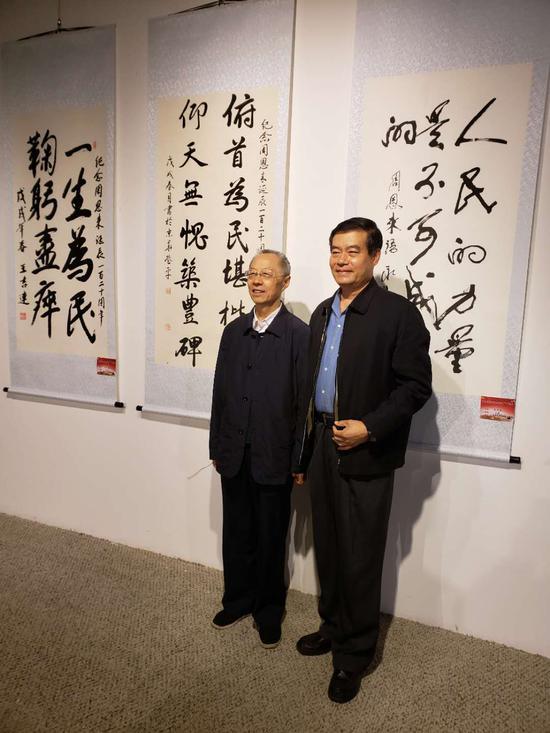原海军副政治委员王登平中将与原北京军区政治部副主任马誉炜少将在其作品前留影