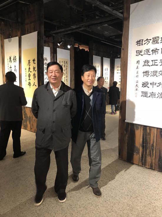 原总政治部副主任唐天标上将在红星阁将军书画院秘书长徐波大校陪同下参观展览