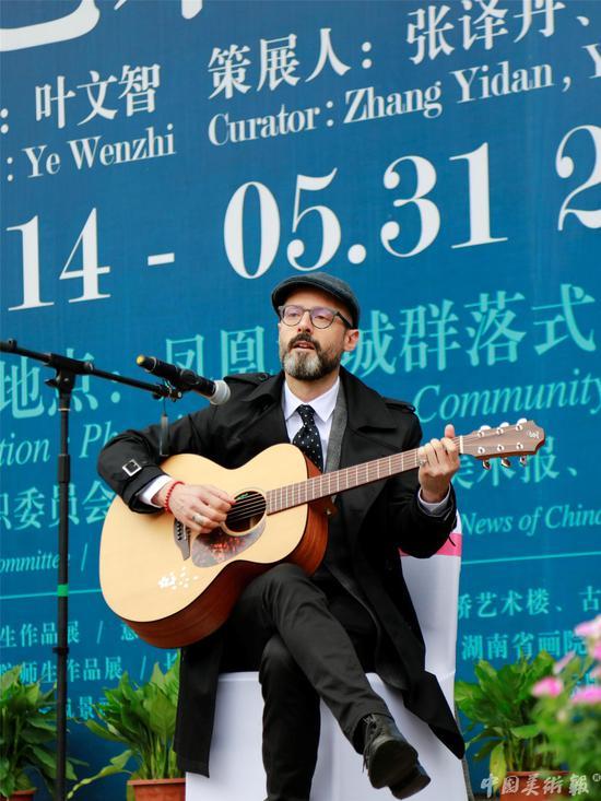 意大利的著名艺术家乔尔乔·蒂斯迪法诺在开幕式现场演唱