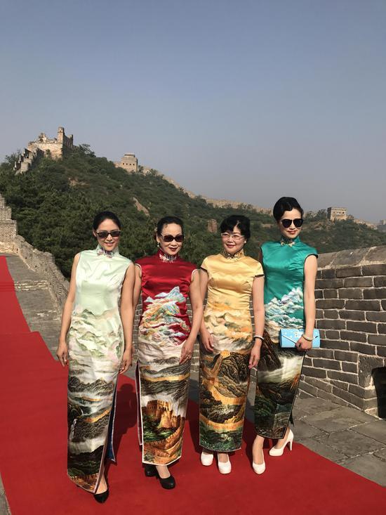 模特与刘美玲老师(右二)身着长城旗袍系列作品合影