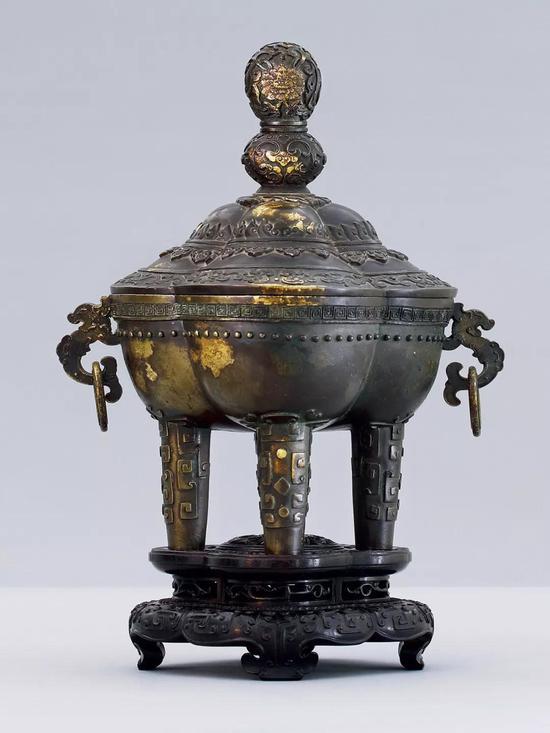 清乾隆 铜洒金摩羯耳四足盖炉  H:22.6 cm 重2704 克  成交价:RMB 1,955,000