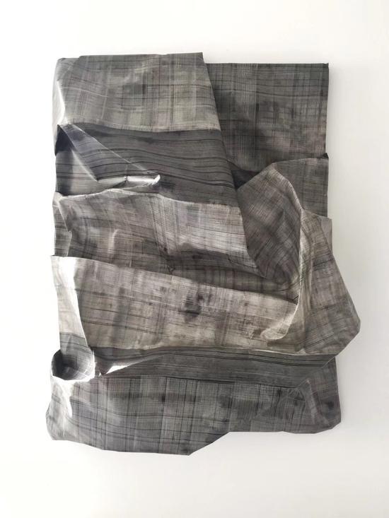 《维度8》 韩行   70x50cm  画框、纸浆、胶膜、烟熏技术  2018