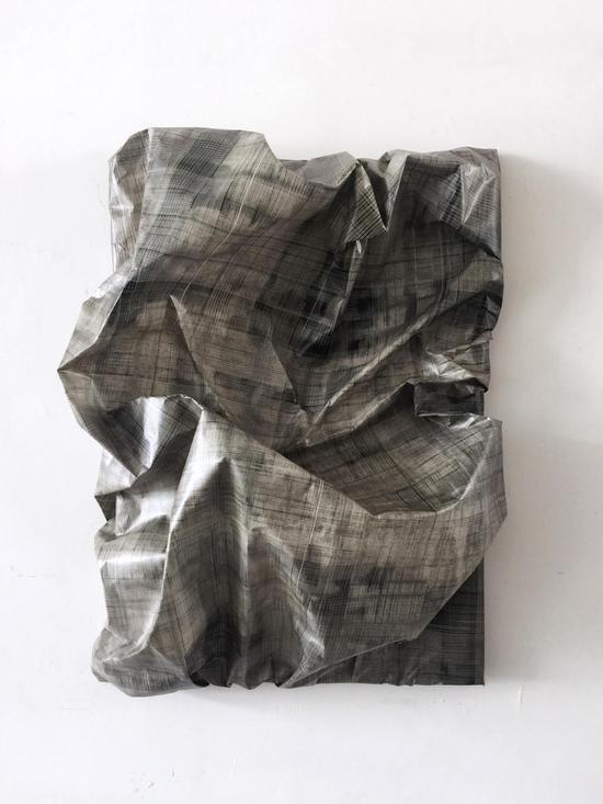 《维度6》 韩行   70x50cm  画框、纸浆、胶膜、烟熏技术  2017