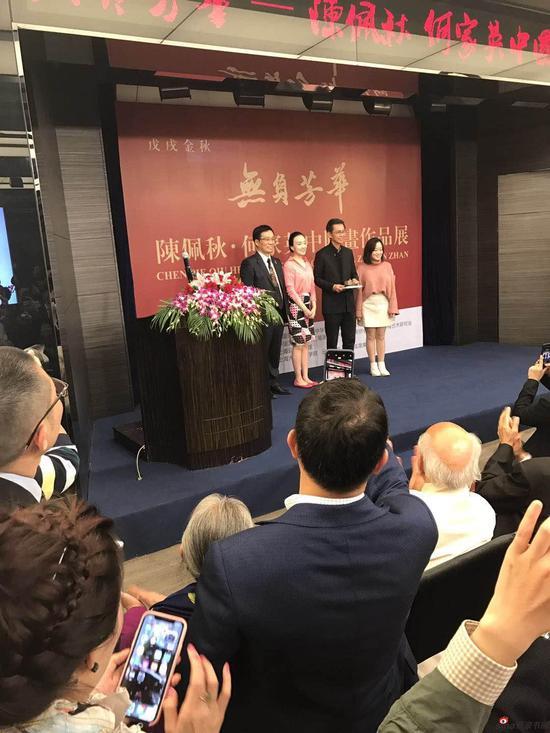 陈佩秋的孙女谢嘉、谢兴代表陈佩秋向何家英赠送《十全十美紫砂壶》
