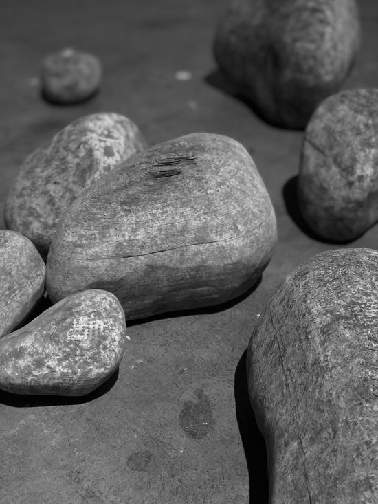 李洪波《自然系列——石头》装置 纸雕塑 尺寸可变2011年