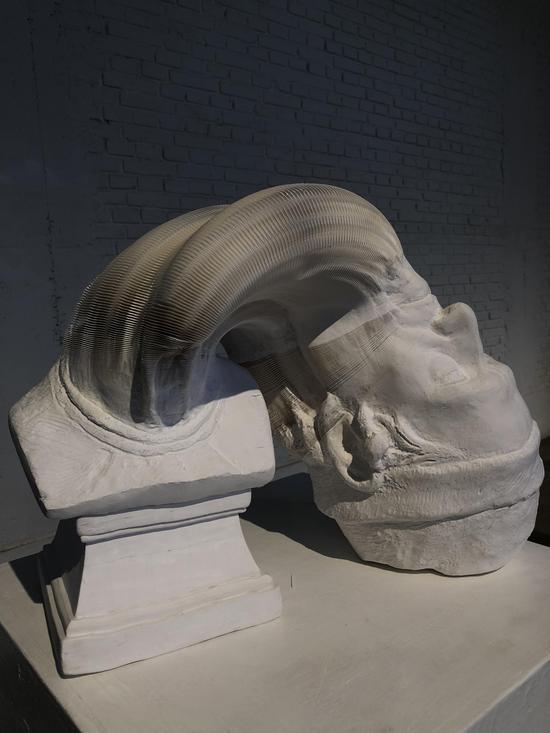 李洪波《教具系列——戴帽老人》装置 纸雕塑 尺寸可变2014年
