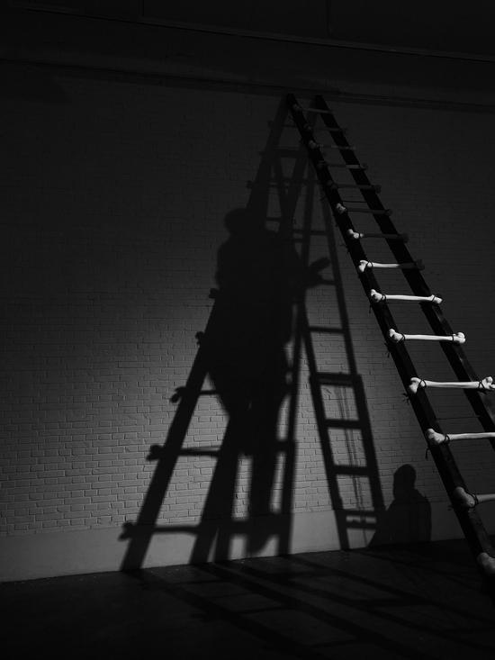 刘水洋《梯》装置 汉白玉、麻、木 尺寸可变 2017年