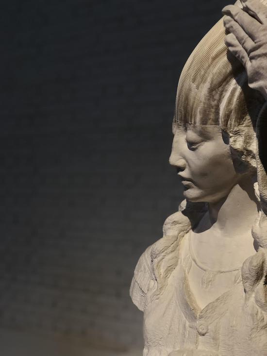 李洪波《教具系列——戴头巾少女》装置 纸雕塑 尺寸可变2014年