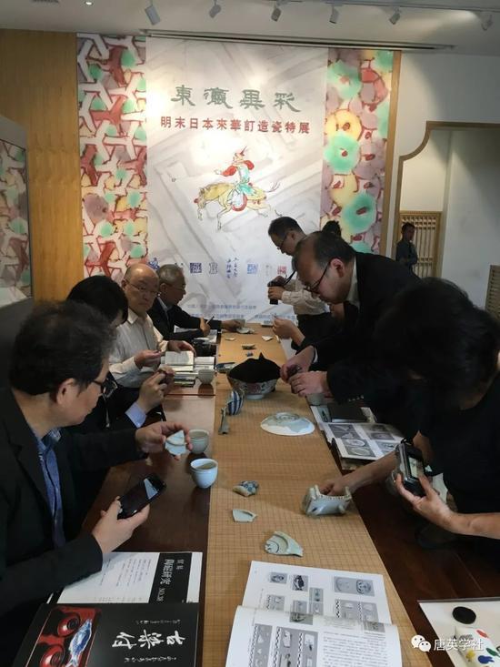日本学者观摩上手窑址出土标本
