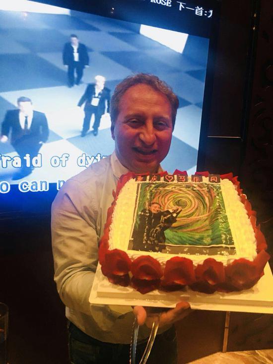 意大利外交部亚洲司主任马非同先生与王冰作品《W一022》合影制作的生日蛋糕