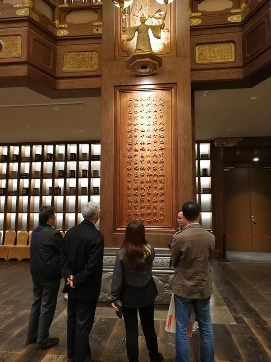 游客感受了儒家文化的博大精深,也领略了中华书法的无穷魅力。