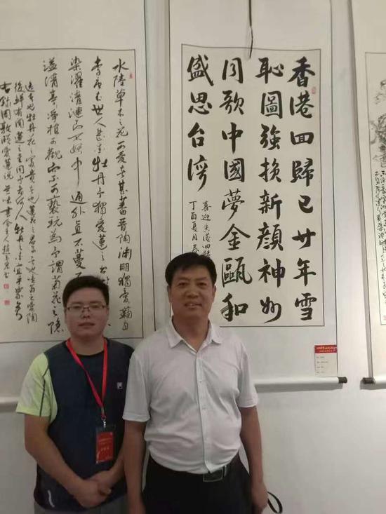 刘春龙作品入选全国书画展,与恩师韩尧广合影