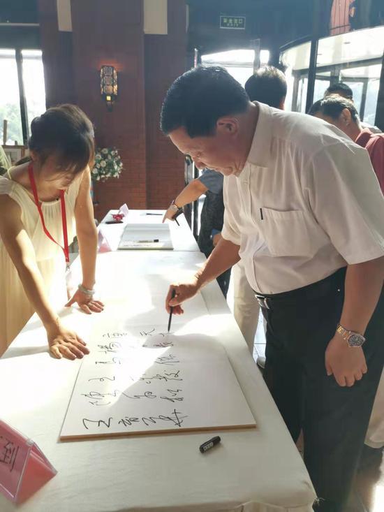 将军与名家书画展在北京马奈草地美术馆开幕