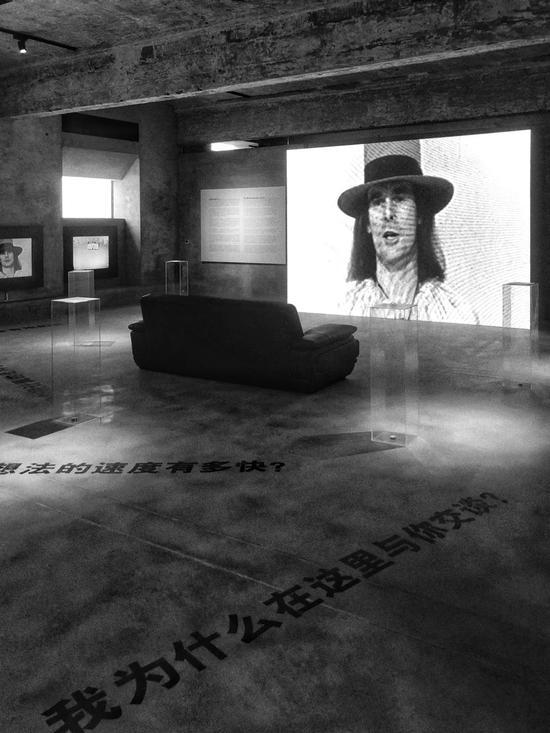 """詹姆斯·李·贝耶斯(James Lee Byars)的传奇性观念作品《世界问题的中心》展览现场,山中天艺术中心(Wind H Art Center)开馆展""""从屏幕到观念——50年的历史"""",摄影:向振华"""