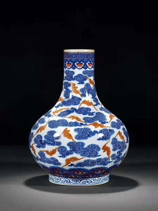 清宣統青花礬紅彩描金云蝠紋荸薺瓶60.95萬成交