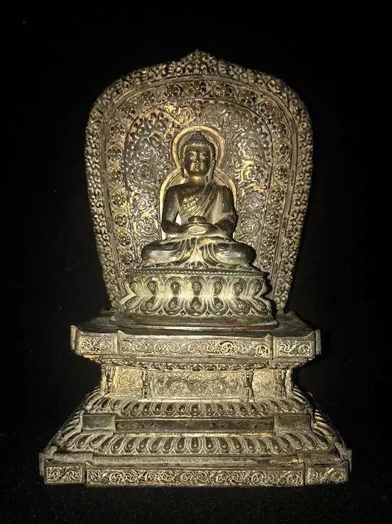 (宗教文化艺术展品赏析/铜鎏金释迦牟尼佛像)   以双手仰放下腹前,右手置于左手上,两拇指的指端相接。