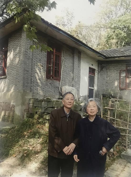 吴大羽的一双儿女在吴大羽杭州故居前