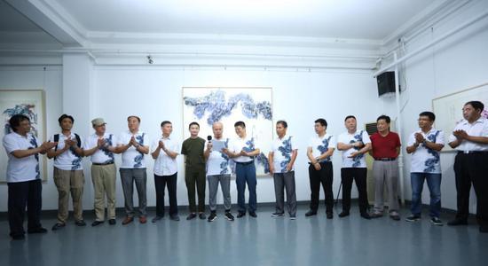 开幕式由感叹号文化传播(北京)有限公司董事长 收藏家 张宝华先生主持