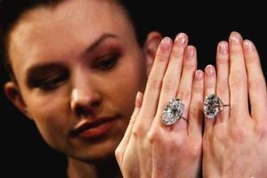 英国将拍卖两颗白钻 总重超过100克拉