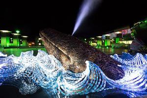 用艺术呼吁环保:在塑料瓶子海洋里游泳的鲸鱼