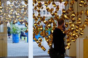 艺术家用纸板壳打造震撼灯光云朵装置