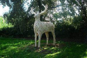 木板条编织童话般的动物雕塑