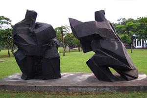 用现代诠释雕塑精髓,与自然浑然一体的精神境界