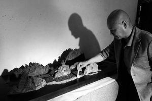 西安6旬老人收藏30块奇石 想找地方免费展出