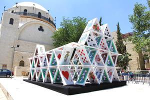 "OGE耶路撒冷街头的""纸牌屋""雕塑"