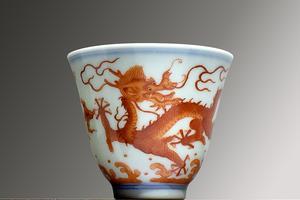 库拍推出矾红青花绘海水龙纹铃铛杯