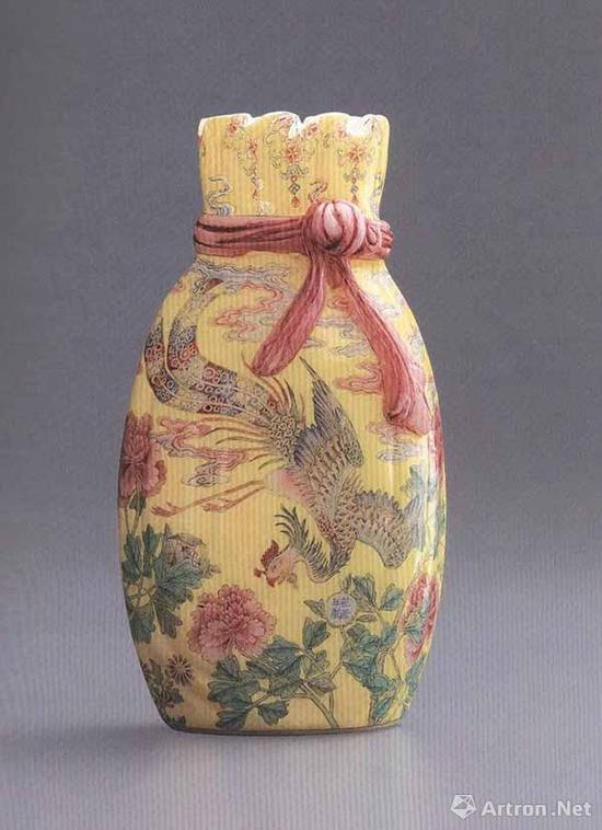 清乾隆早期 料胎珐琅彩牡丹凤凰纹包袱瓶 高18.2厘米