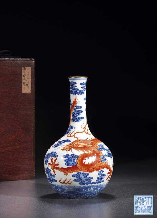 lot 1867 清乾隆?青花矾红彩云龙戏珠纹长颈瓶 成交价517.5万