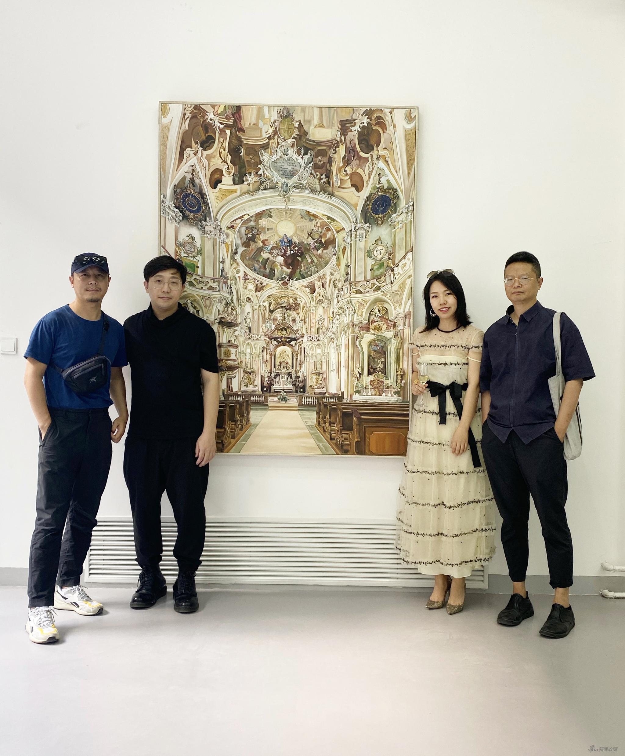 艺术家张钊瀛(左二)艺术仓库创始人赵倩颖女士(右二)与展览嘉宾