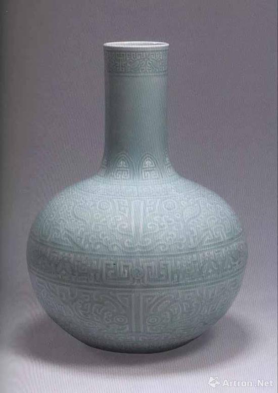 清乾隆 粉青釉兽面纹天球瓶 高54.8厘米