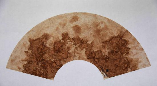 《韵系列No·022》扇面,纸本、茶汁,50×94cm,2016年
