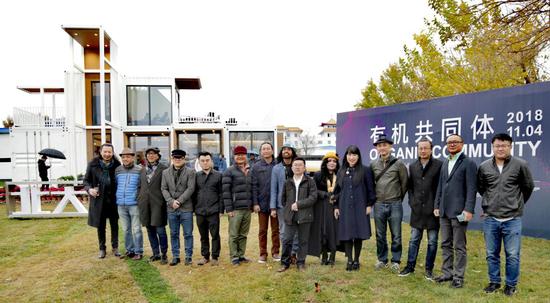 北大资源副总裁林渊先生、出品人陶陶女士与部分参展艺术家及嘉宾合影