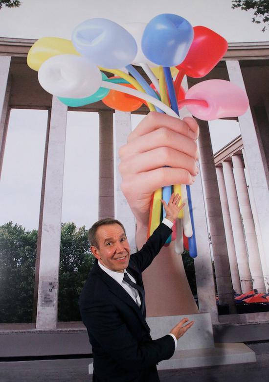 杰夫·昆斯与其雕塑《郁金香花束》
