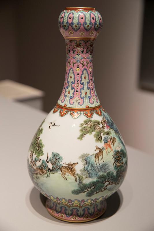 苏富比在法国巴黎拍卖1个非常罕见的乾隆时期瓷花瓶