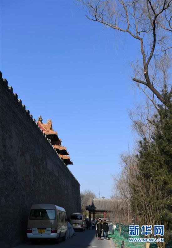 1月1日,游客从故宫城墙下经过