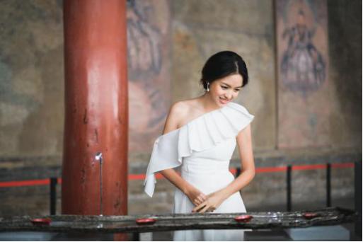 明星嘉宾张梓琳小姐观看漆器展品 (摄于三清殿)