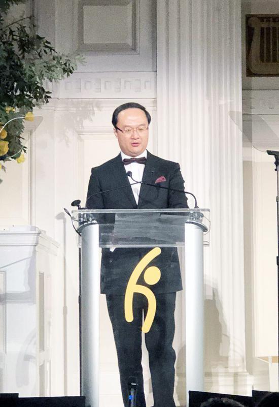 永新华集团(香港)总裁曾粤晖先生代表李永军主席上台领奖,并发表获奖演讲