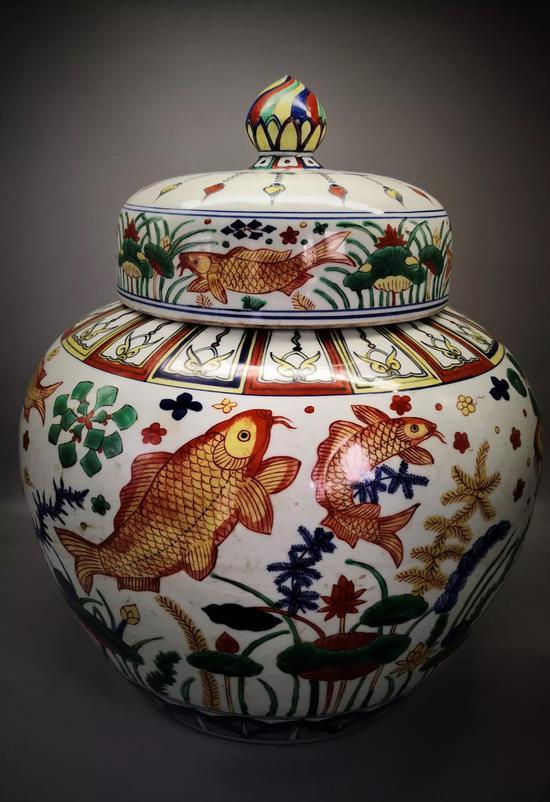 明嘉靖海藻鱼纹五彩罐 尺寸(cm)高:47 腹径:39 足径:26