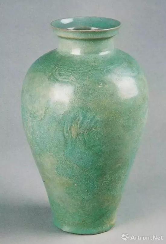 ▲ 汝窑龙纹瓶,高30.4厘米,河南省文物考古研究院藏。一张A4纸的尺寸为21厘米×29.7厘米,大家可以比一下这个器物实际有多高
