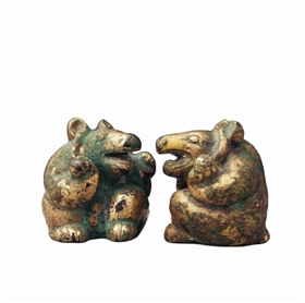 图1 汉墓中出土的一对鎏金熊形青铜镇